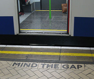 English: Mind the Gap sign on London Undergrou...