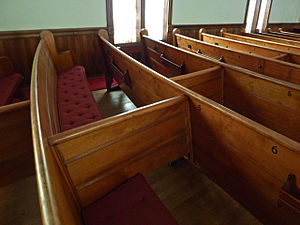 English: Pew dividers in First Methodist Churc...