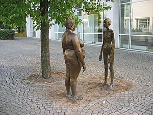 The sculpture Bronskvinnorna (The women of bro...