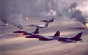 Pesawat tempur AS melintasi kilang minyak yang terbakar.