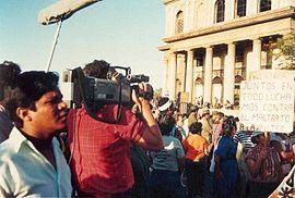 Acto de celebración del D�a Internacional de la Mujer Trabajadora en Managua (1988). En el cartel pone: Juntos en todo luchamos contra el maltrato de la mujer.