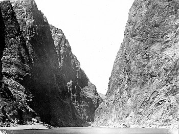 English: River view of Boulder (Hoover) dam si...