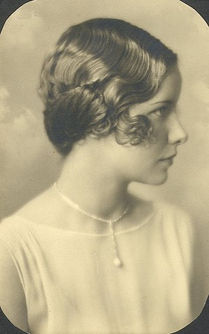 English: Woman with bob-cut with finger-waves,...
