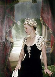 https://i2.wp.com/upload.wikimedia.org/wikipedia/commons/thumb/d/dc/Nancy_Astor,_Viscountess_Astor.jpg/180px-Nancy_Astor,_Viscountess_Astor.jpg