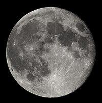 Desde el espacio, la Luna luce como una esfera gris-blanquecina, con cráteres de varios tamaños.
