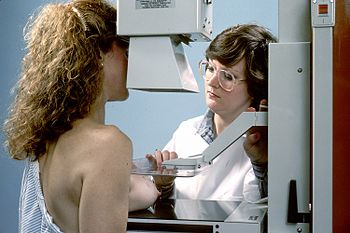 English: Woman undergoing a mammogram of the r...