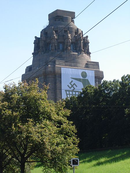 Völkerschlachtdenkmal Leipzig mit Anti-Nazi-Plakat, Creative Commons by http://commons.wikimedia.org/wiki/User:%C2%A10-8-15!