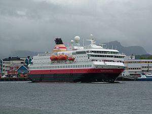 MS Nordnorge, ein Hurtigruten Schiff in Brønnø...