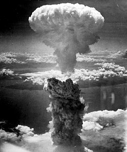 1945年8月9日早晨,長崎原子彈爆炸後在天空升起一個高度達6萬英尺(18公里)的蘑菇雲。
