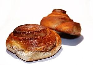 English: Cinnamon rolls Norsk (nynorsk): Hei...
