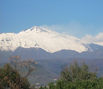 English: Mount Etna, Sicily, topped in snow It...
