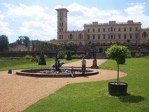 Vista de los jardines y de la fachada principal