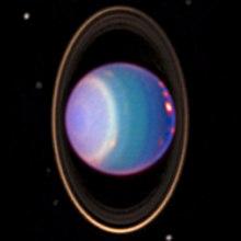 युरेनस अपने वलय, चन्द्रमा और अक्षांशो पर विभिन्न रंगो के पट्टे के साथ