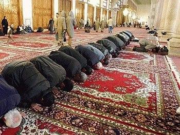 English: Faithful praying towards Makkah; Umay...