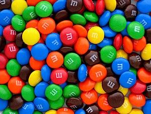 English: A pile of plain M&M's candies.