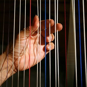 English: Hands of a harpist playing