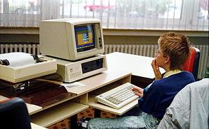 Bundesarchiv B 145 Bild-F077948-0006, Jugend-Computerschule mit IBM-PC.jpg