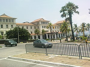 English: Galle Face Hotel seen on the way.