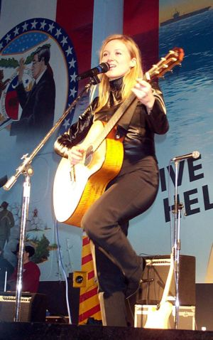 Jewel performing for US troops in 2000.