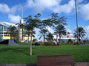 Vista del CC El Muelle y el Queen Mary 2 atrac...