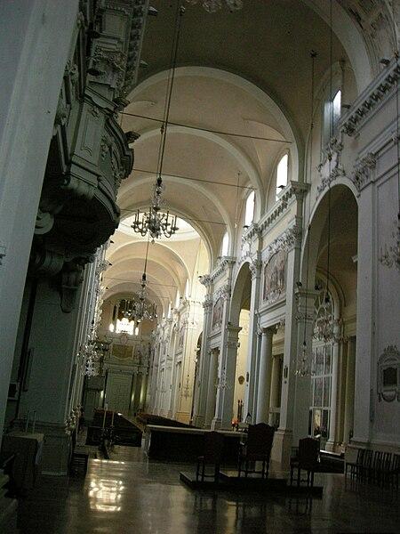 Plik: San Domenico, Bolonia, wnętrze nawy 03 destra.JPG