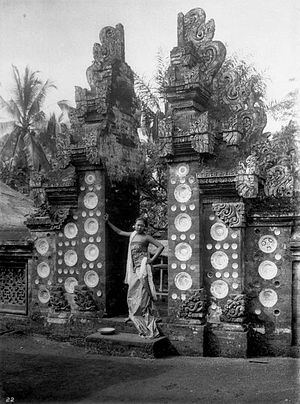 English: Balinese woman in a split gate which ...