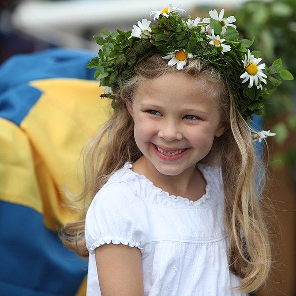 Niña con la corona de flores llamada midsommarkrans