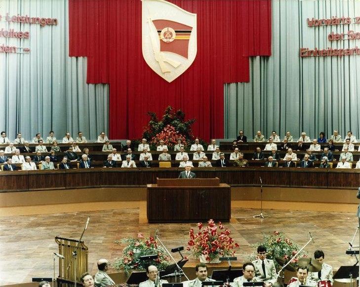 Archivo:Bundesarchiv Bild 183-1985-0206-422, Berlin, Kampftreffen des MfS im Palast der Republik.jpg