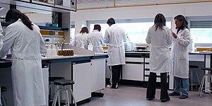 Español: Investigadores en un laboratorio de l...