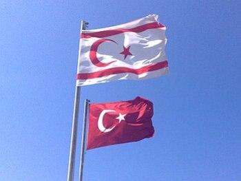 KKTC ve Türkiye bayrakları yan yana.