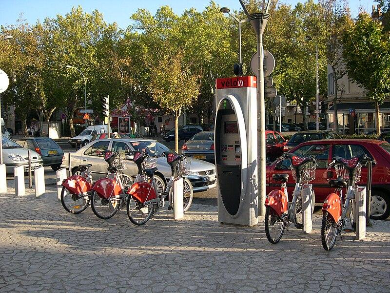 File:Vélo'v station 5002 - Place des Compagnons de la chanson.jpg