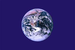 La bandera de la Tierra no es oficial, incluye una fotografía de la NASA conocida como La canica azul