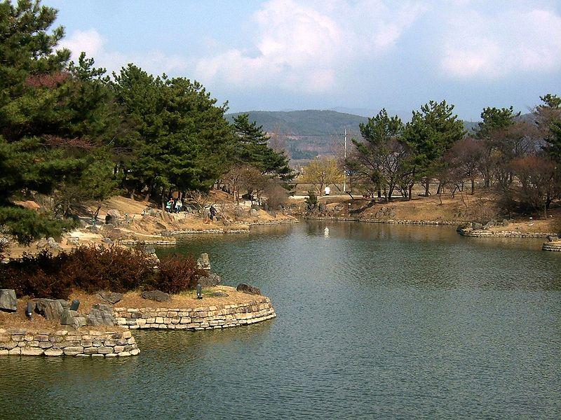 File:Gyeongju anapji pond 2006-03-24.JPG