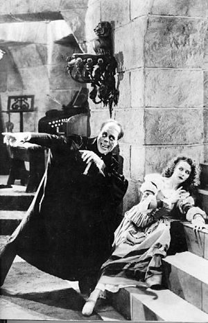 English: Lon Chaney Sr. and Mary Philbin in &q...