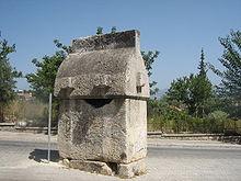 Lykischer Sarkophag auf einer Straße in Fethiye