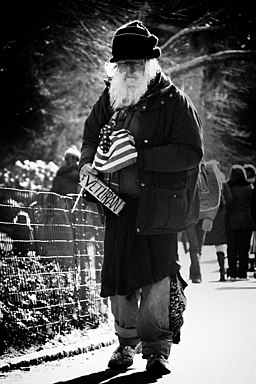 https://i2.wp.com/upload.wikimedia.org/wikipedia/commons/thumb/f/f6/Homeless_Veteran_in_New_York.jpeg/256px-Homeless_Veteran_in_New_York.jpeg