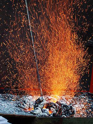 forge, smith's hearth, fire, sparks Français :...