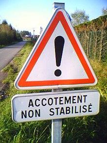 Panneau routier avec point d'exclamation