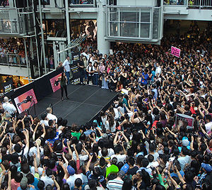 Over 6,000 fans of Filipino singing superstar ...