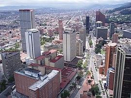 Vista del Centro Internacional de Bogotá desde la Torre Colpatria, a la altura de la intersección de los viaductos de la Calle 26 (Avenida El Dorado) con la Carrera Décima y la Carrera Séptima. Se parecia al costado derecho, el Hotel Intercontinental Tequendama Bogotá (edificio terracota) y al costado izquierdo, el edificio del Centro de Comercio Internacional