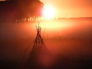 sunrise in the fog Nederlands: zonsopkomst in ...