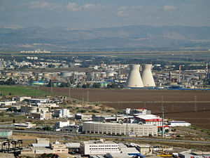 Haifa oil refinery, Israel. Česky: Věže haifsk...