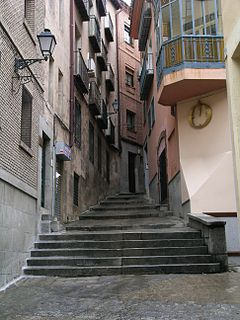 https://i2.wp.com/upload.wikimedia.org/wikipedia/commons/thumb/f/fa/Toledo_narrow_street.jpg/240px-Toledo_narrow_street.jpg