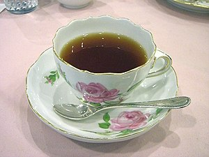 English: Tea in a Meißen pink-rose teacup 日本語:...