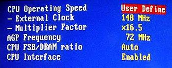 AMD Athlon XP Pantalla del setup del BIOS en una tarjeta madre ABIT NF7-S. El overclock del procesador permite aumentar la frecuencia de 133mhz a 148mhz, y el multiplicador cambio de x13.5 a x16.5