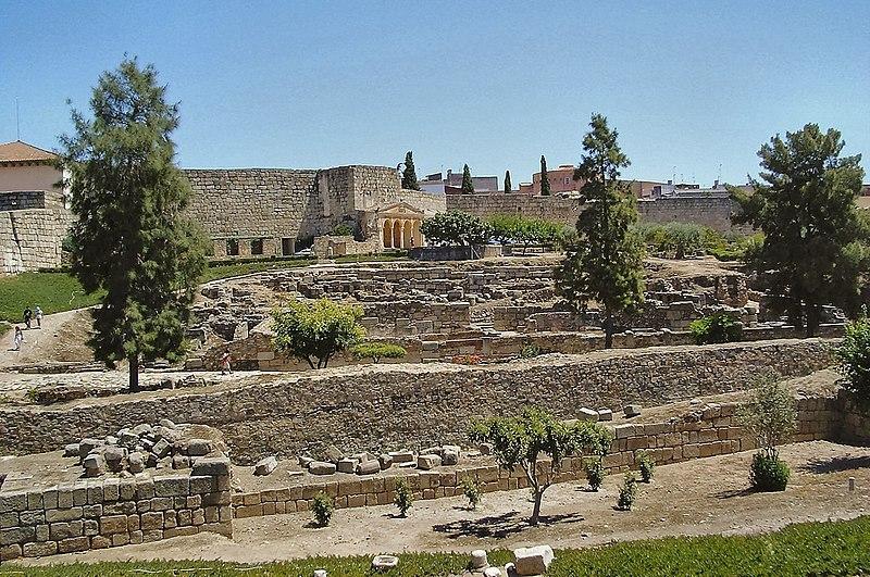 La forteresse arabe de Mérida est l'une des plus ancienne fortification Omeyyade de la péninsule ibérique , construit au en 835 dans la ville de Merida (Espagne) à côté pont romain sur le fleuve Guadiana .