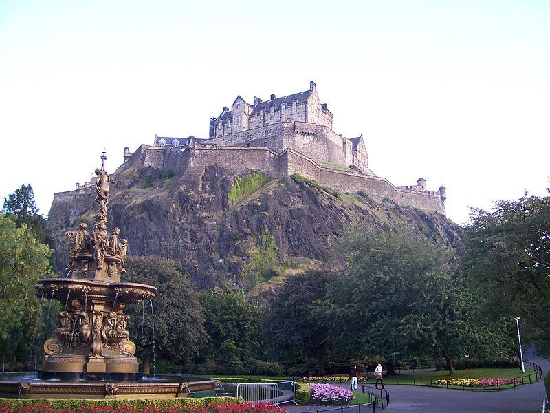 ファイル:Edinburgh Castle From Princes Street Garden 001.jpg