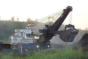 English: P&H 4100XPB shovel (electric) loading...
