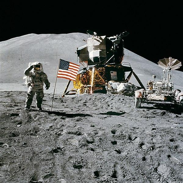 इरवीन अमरीकी ध्वज को प्रणाम करते हुये