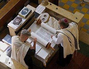 English: Reading of the Torah, Aish Synagogue,...